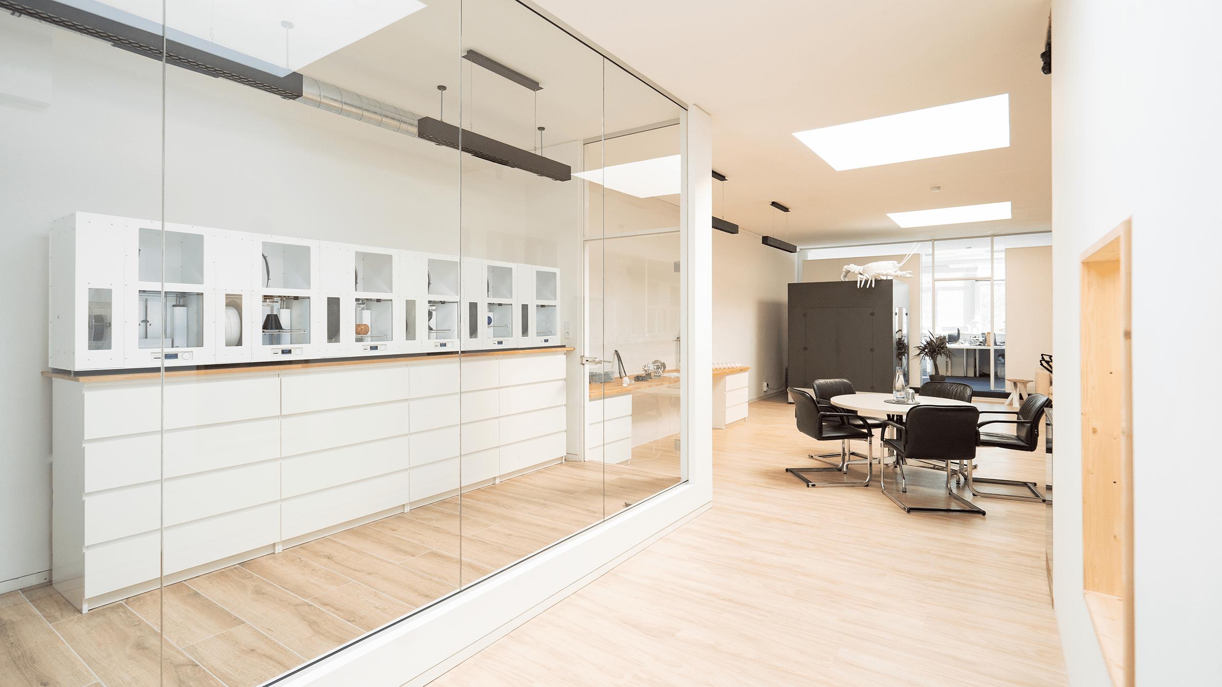 Büroräume eines 3D-Druck Dienstleisters und Service mit einigen 3D Druckern