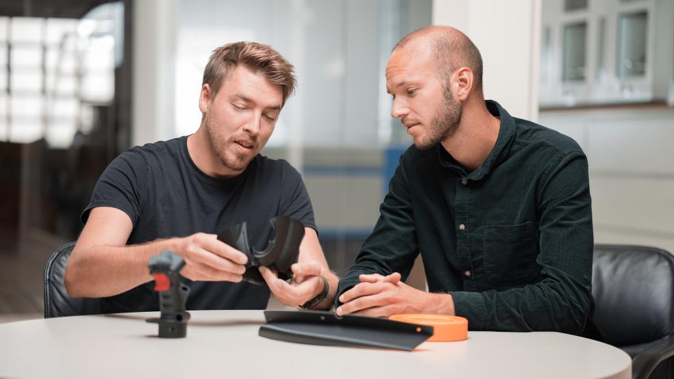 Kommunikation zwischen zwei Personen über 3D Druck Technologien und Trends