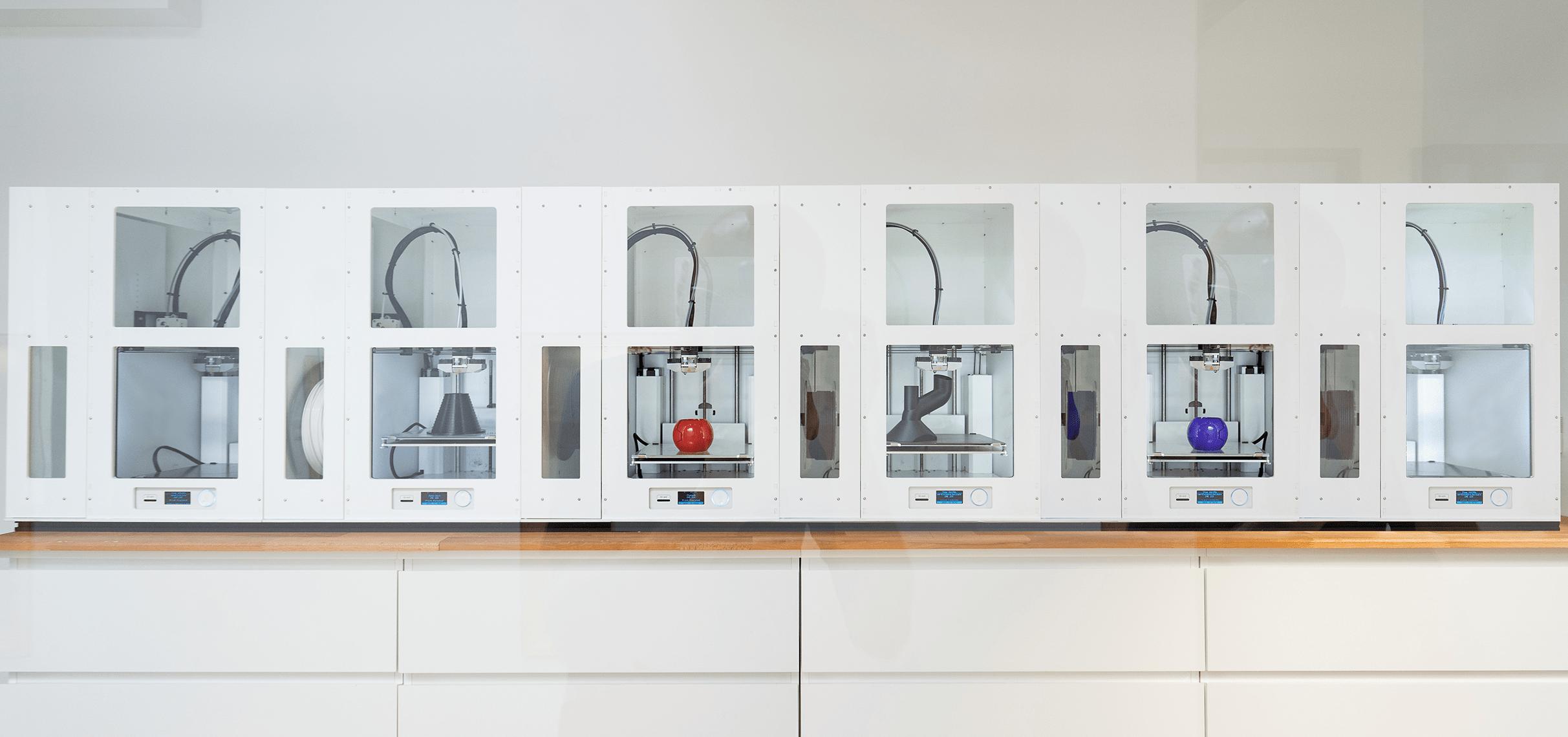 Mehrere 3D Drucker stellen Kleinserien aus Kunststoff her